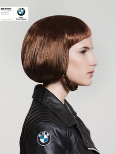 Motorrad Helme machen die Haare platt. Einer der großen Nachteile am Motoradfahren, man sitzt hinterher mit angeklebten Haaren im Büro. Die Wahrheit. Doch sieht man die Sache einmal so, wie die Jun…