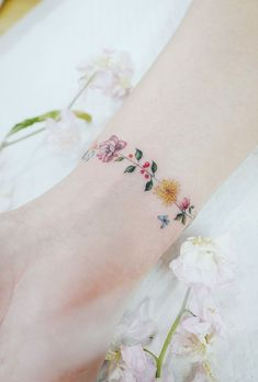 Discreet And Charming Wrist Tattoos You'll Want To Have. Classy, colorful and feminine wrist bracelet tattoos Classy Tattoos, Subtle Tattoos, Pretty Tattoos, Beautiful Tattoos, Bild Tattoos, Body Art Tattoos, New Tattoos, Small Tattoos, Cool Tattoos