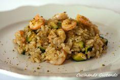 Il Risotto con gamberi pistacchio e zucchine è un primo piatto dal sapore delicato molto raffinato perfetto per una cena elegante a base di pesce.