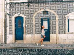 Straßen von Lissabon! 14 Tage Portugal Roadtrip – vom Norden in den Süden. Porto, Lissabon, wunderschöne Strände und viel Natur. Eine Rundreise durch Portugal ist wunderschön! Verpasst Aljezur nicht, die Algarve und die vielen wunderschönen Surfspots. Alle Infos auf lilies-diary.com.