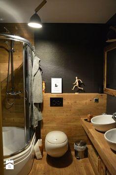 łazienka, płytki imitujące drewno i lawę wulkaniczną