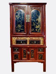 Antiker chinesischer Schrank mit aufwendigen Schnitzeien und Bemaltung in Goldtönen. Shops, China Cabinet, Furniture, Home Decor, Chinese Furniture, Indian, Kunst, Tents, Decoration Home