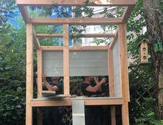 Een wolk van een speelhuisje: stoer en zoet tegelijk. Dat bouwen Thomas en Edsilia Rombley in Edsilia's achtertuin. Een plek waar de 2 dochtertjes van de zangeres zich helemaal kunnen terugtrekken. Lees hier hoe jij ook zo'n tof huisje maakt. Outdoor Fun For Kids, Backyard For Kids, Backyard Playhouse, Backyard Playground, Kids House Garden, Wendy House, Building For Kids, Home Landscaping, Play Houses