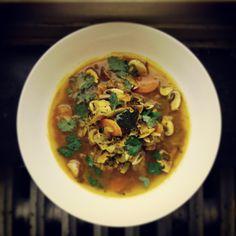Soupe de poulet et légumes d'hiver en curry