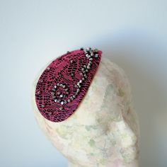 Inspiración años 50 en este tocado con encaje y cristales de swarovski. Comparte!! 50's inspiration in this fascinator hat with lace and swarovski cristals. Share!!