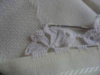 Facebook Twitter Pinterest LinkedIn Google + Bordo fiorito all'uncinetto molto semplice e delicato,utile per realizzare bordure per tovaglie,asciugamani e lenzuola. Per realizzare questo bordo fiorito all'uncinetto occorre: del filato di cotone e un uncinetto,e si lavora direttamente sul tessuto. 1° giro,sul tessuto fare ,5 maglie alte, saltare 1 cm di tela , 5 catenelle,ripetere per … Crochet Lace, Crochet Stitches, Crochet Bikini, Stitch Patterns, Crochet Patterns, Ribbon Design, Irish Lace, Crochet For Kids, Handicraft