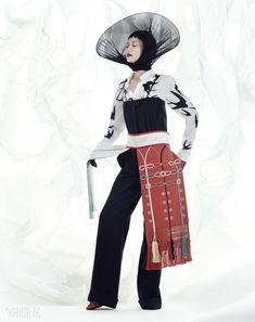 예복을 입을 때 늘어뜨리는 장식으로 사용한 십이장복의 후수는 김혜순 한복(Kim Hye Soon Hanbok), 제비 프린트 셔츠는 맥큐(McQ),