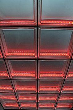 Light My Wall Duschabtrennung aus Glasbausteinen mit integrierter Beleuchtung Glass Blocks Wall, Brick Laying, Construction Tools, Earthship, Glass Roof, Modern House Design, Interior Lighting, Bathroom Interior, Aluminium