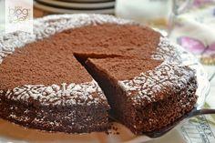 Torta all'acqua, versione con cacao nell'impasto, un dolce umido e goloso senza uova, senza burro né latticini, ideale per tutta la famiglia.