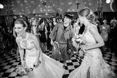 Noivas e animador se divertindo durante a festa, nada de ficar parado...
