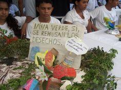 Movimiento Ambientalista Guardabarranco y la empresa minera promovieron la adopción de un planta regalando a cada estudiante y ciudadano presente un pequeño árbol de limón. León, Nicaragua.