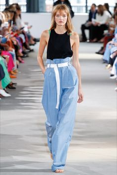 The complete Tibi Spring 2018 Ready-to-Wear fashion show now on Vogue Runway. High Fashion Trends, Spring Fashion Trends, Latest Fashion Trends, Spring Trends, Fashion Ideas, Fashion 2018, Fashion Week, Runway Fashion, Vogue