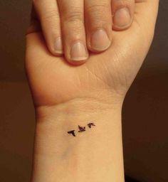 Trois petits oiseaux sur le poignet