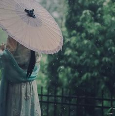 Bóng dáng của nàng ngày ấy, dẫu nhạt nhoà trong màn mưa bụi, dẫu sương phủ trầm mặc bao tháng năm, ta vẫn mãi khắc ghi chẳng thể nào phai nhạt trong tâm trí......