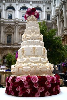 Wedding cakes play a significant part in the wedding party. A wedding cake may be a significant part your big day. The traditional wedding cake is definitely round, but the simple truth is there ar… Extravagant Wedding Cakes, Luxury Wedding Cake, Amazing Wedding Cakes, Elegant Wedding Cakes, Elegant Cakes, Wedding Cake Designs, Amazing Cakes, Gold Wedding, Luxury Cake