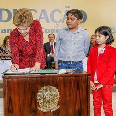A presidenta #Dilma assinou hoje (9) projeto de lei criando mais cinco universidades federais e inaugurando 41 campi de institutos federais. O ato demonstra mais avanços para o Brasil, principalmente pelo fato de os estabelecimentos de ensino estarem no interior do país. #PatriaEducadora #Educação #Ensino #FicaQuerida