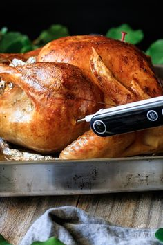 How to roast a turkey is an easy recipe for beginners that want to cook a whole turkey in a roasting pan without a rack for Thanksgiving. Whole Turkey Recipes, Ground Turkey Recipes, Thanksgiving Dinner Recipes, Thanksgiving Turkey, Christmas Recipes, Turkey Soup, Turkey Leftovers, Oven Roasted Turkey, Easy Recipes For Beginners