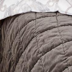 Nydelig quiltet sengeteppe I mørkegrått med fløyelsflate.