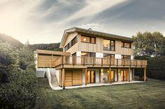Tradition trifft auf Design. Viel Holz und modernes Design schaffen ein einzigartiges Wohngefühl.