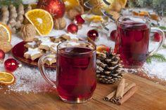 По вечерам варите безалкогольный глинтвейн. Вот рецепт: в небольшом количестве воды прокипятите около 5 минут палочку корицы, гвоздику и кусочки яблока, апельсина и лимона. Затем влейте литр сока из красного винограда и нагрейте, но не доводите до кипения. Можно добавить немного тертого имбиря и сушеный (а лучше свежий!) розмарин - это придаст пикантность. Купите для глинтвейна специальные новогодние кружки с ручками, которые в первых числах января спрячьте до следующего Нового года.