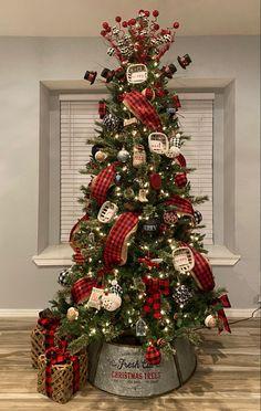 Best Christmas Tree Decorations, Christmas 24, Beautiful Christmas Trees, Christmas Ideas, Farmhouse Christmas Decor, Rustic Christmas, Red Farmhouse, Christmas Tree Inspiration, Diy Weihnachten