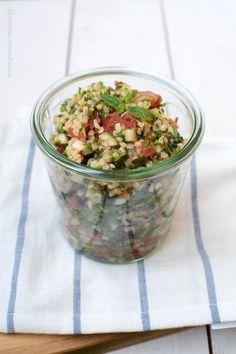 Tabbouleh (czyt. tabule) to arabska sałatka z kaszą bulgur (czasem zastępowaną kuskusem lub komosą ryżową). Jest jej wiele odmian, ale najważniejsze składniki to duża ilość drobno posiekanej pietruszki i mięty. Potato Salad, Lunch Box, Potatoes, Ethnic Recipes, Food, Diet, Bulgur, Potato, Essen