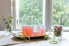 Taivaallinen raparperimehu on kauniin sävyinen ja suorastaan huutaa kesää. #rhubarb #rhubarbjuice #juice #summer #raparperi #raparperimehu Alcoholic Drinks, Wine, Glass, Food, Drinkware, Corning Glass, Essen, Liquor Drinks, Meals