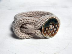 Knot Armband mit Wollfaden. Navy blau und Taupe. von ylleanna