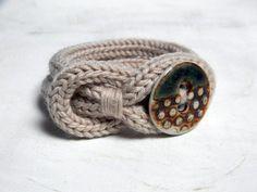 Pulsera de nudo, lana beige neutral y pulsera de porcelana. Joyería punto. Tejer pulsera. SeaGreen y moho.
