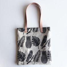 Large natural linen tote with natural vegetable-tanned leather straps Screen printed with non-toxic black ink Lined with natural cotton Diy Accessoires, Diy Tote Bag, Jute Bags, Fabric Bags, Tampons, Cotton Bag, Vegetable Tanned Leather, Cloth Bags, Mode Style