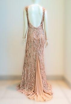 Decote profundo do vestido champanhe em paetês brilhantes e calda em fenda evasé. Elegância atemporal. #estiloluciafranco #altacostura #couture #embroidery