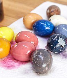 Ostereier natürlich färben - ganz ohne Chemie! Wie es funktioniert - schau auf blog.moemax.at