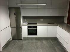tonos fríos, parquet gris, frigorífico grande, habitación sin ventanas, horno integrado, estilo moderno