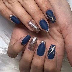 Whether you're looking for simple or intricate, floral patterns these dark blue nail colors will sure make you look super elegant look. nails navy Elegant navy blue nail colors and designs for a Super Elegant Look Blue And Silver Nails, Dark Blue Nails, Blue Acrylic Nails, Blue Nails Art, Nails With Gold, Ocean Blue Nails, Dark Gel Nails, Ocean Nail Art, Matte Nails Glitter