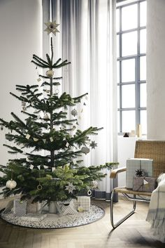 top minimalist and modern christmas tree decor ideas christmas Minimalist Christmas Decorations online Minimalist Christmas Tree, Scandinavian Christmas Decorations, Nordic Christmas, Noel Christmas, Holiday Decorations, Holiday Ornaments, Minimal Christmas, Natural Christmas, Christmas Tables