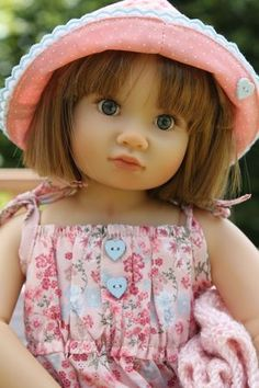 Look, Olivia has had a hair cut. This is from one of my favourite blogs Les Cheries de Vaniline. She makes gorgeous dolls clothes.
