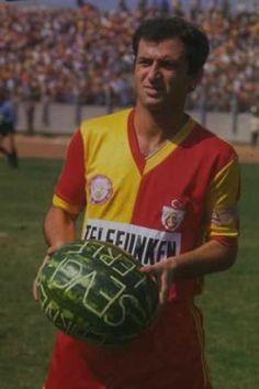 1973-1984 sezonlarında Galatasaray formasını giyen ve toplamda 327 maça çıkan Fatih Terim'e maç öncesi karpuz hediye edilmiş.