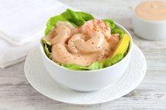 Un antipasto di pesce a base di gamberi freschissimi, salsa rosa e foglie di lattuga. Una ricetta tanto semplice quanto intramontabile