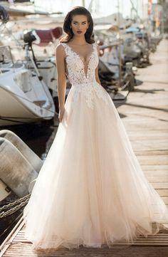 ba0ec0c37 Romântico e elegante. Um vestido de noiva de corpinho transparente bordado  a renda e saia