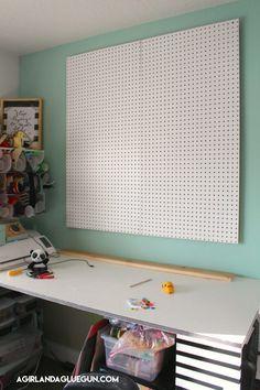 Organizing my craft room - A girl and a glue gun Sewing Room Design, Craft Room Design, Sewing Spaces, Sewing Rooms, Sewing Studio, Craft Desk, Craft Room Storage, Craft Tables, Scrapbook Organization