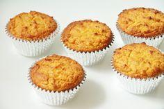 citroen cupcakes kokosmeel, Ingrediënten (voor 12 cupcakes)  100 gr kokosmeel (let op: kokosmeel is NIET helzelfde als kokosrasp!) 90 gr kokosolie 6 el honing 5 eieren 200 ml amandelmelk merg van 1 vanillestokje (of 1 tl vanille extract) citroenrasp van 2 citroenen 2 tl baking soda
