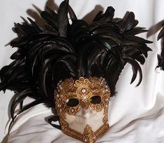 Traditional Bauta Mask from Venice with Plumes. Maschera originale veneziana (Bauta) realizzata a mano in cartapesta. Decorata con foglia d'argento, tecnica dello screpolato, pizzo macramè ed impreziosita da cristalli Swarovski, perle e piume.