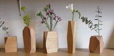 blok hout bewerken, gat erin boren, buisje erin en klaar is je bloemenvaas. Moet prachtig kunnen worden