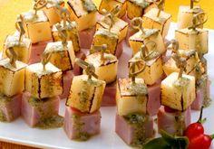 A boa e clássica combinação no espetinho de tender e queijo é garantia de sabor por 73 calorias!