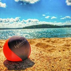 piłka odbijająca się od wody