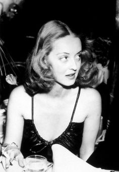 """When I was a girl, in the I'd come home from school, and I'd turn on the old movie channel, then I'd plump down on the couch with my girlfriends and take lessons from Bette Davis on how to scare the hell out of a man."" -- Meryl Streep on Bette Davis. Golden Age Of Hollywood, Vintage Hollywood, Hollywood Glamour, Hollywood Stars, Classic Hollywood, Hollywood Divas, Fred Astaire, Adrienne Ames, Viejo Hollywood"