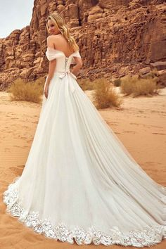 Robe de mariée fluide avec une ceinture rose