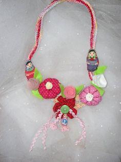 Maxi Colar em crochê,fuxicos,flores em tecido,aplicações em feltro,rosinhas de fita,sianinhas...