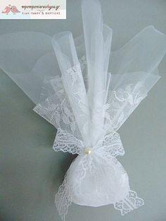 Μπομπονιέρα γάμου οικονομική με τούλι κεντητό μαργαρίτα 36Χ36cm και τούλι λευκό 45Χ45 που το δέσιμο γίνετε με κορδέλα δαντέλα πάχους 2,5cm