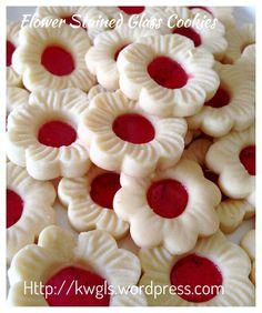 Cherry Blossom Stained Glass Cookies (樱花玻璃曲奇)- Posted on January 2015 by Kenneth Goh Jelly Cookies, Flower Cookies, Biscuit Cookies, Cake Cookies, Chinese New Year Cookies, Chinese New Year Food, New Years Cookies, Window Cookies, Biscuits